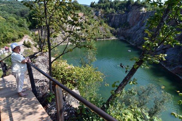 Pohľad na bývalý zaplavený kameňolom pri obci Beňatina v okrese Sobrance.