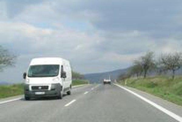 Jeden z najnebezpečnejších horizontov s prerušovanou čiarou, spoza ktorého sa nečakane vynorí auto, je medzi Zlatými Moravcami a Nitrou.