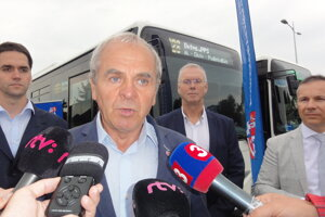 Predseda BBSK Ján Lunter približuje výhody dopravnej karty.