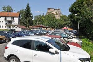 za parkovanie pod hradom zaplatíte päť eur.