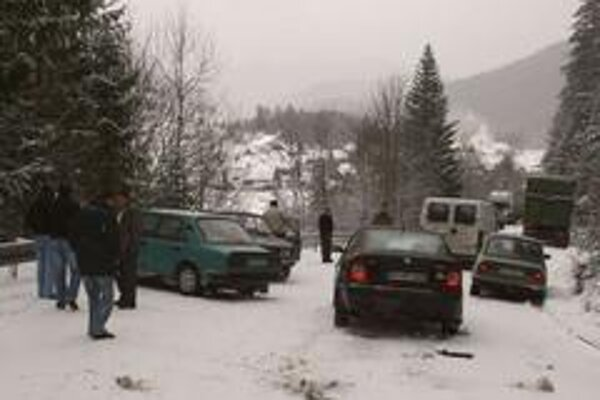 Následkom zablokovanej cesty vznikla malá dopravná nehoda. Tú spôsobili letné pneumatiky a neudržiavaná cesta.