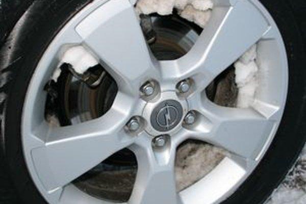 Mokrý sneh je veľmi ťažký a spôsobuje nevyváženie kolies, spojené s veľkými vibráciami.