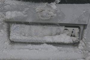 Znečistené čislo polícia toleruje iba počas nového snehu na ceste.