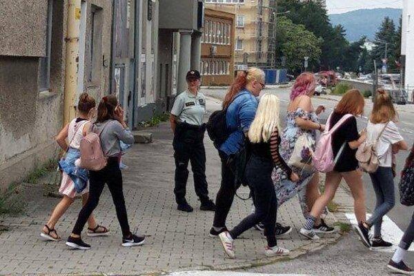 V prvý školský deň na deti dohliadali aj príslušníci policajného zboru.