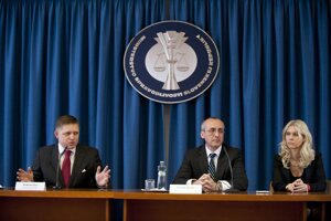 Monika Jankovská, minister Tomáš Borec a premiér Robert Fico na tlačovej besede v roku 2012.
