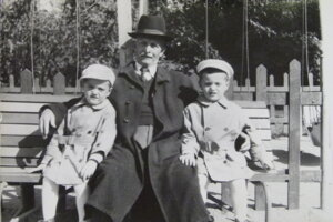 Súrodenci Kollárovci so svojím starým otcom v mestskom parku v roku 1957.