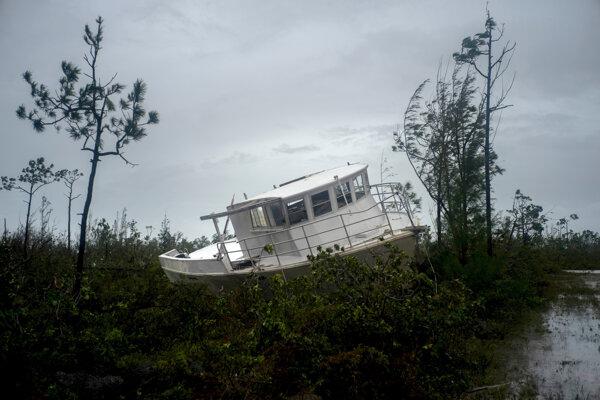 Vietor sprevádzaný prívalovými dažďami dosahoval rýchlosť až 295 kilometrov za hodinu.