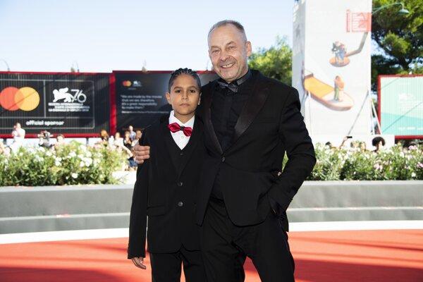 Režisér Václav Marhoul a mladý herec Petr Kotlár. V Benátkach slávili úspech s filmom Pomaľované vtáča.