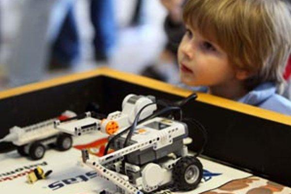 Pohrať sa s robotmi môžu aj najmladší alebo neskúsení konštruktéri a nemusia mať pritom ani zvláštne znalosti – spoločnosť Lego dala na trh radu Mindstorms, ktorá umožňuje zostrojovanie rôznych robotov. Komponenty z nej radi využívajú aj pokročilejší konš