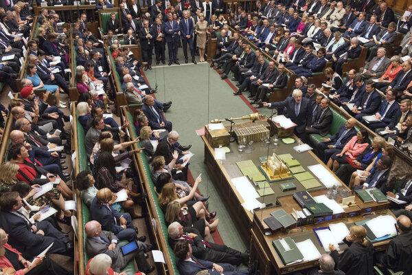 Búrlivé rokovanie v britskom parlamente.