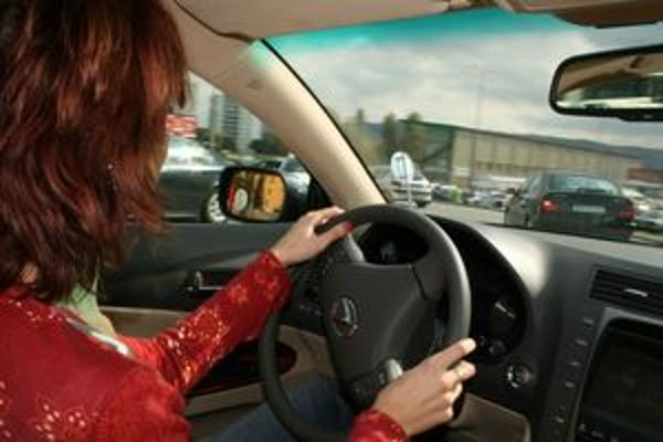 Správny posed za volantom je základom zvládnutia krízovej situácie.