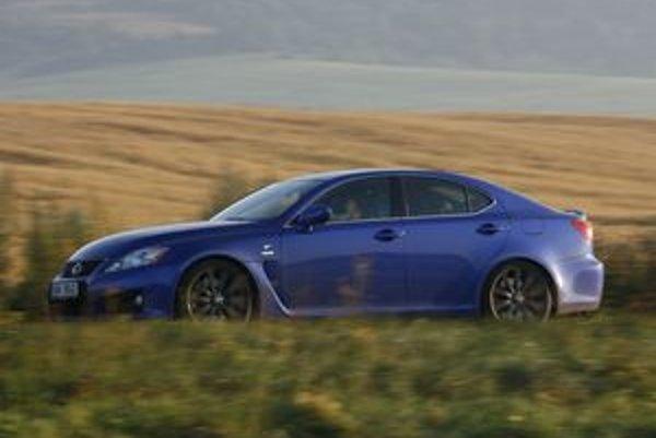 Je veľa áut, ktoré sa snažia navodiť  pocit pretekárskeho auta v reálnych podmienkach. Lexus IS-F to vie.