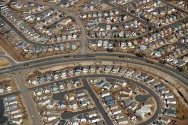 Slepé uličky, radová zástavba, bez auta sa nepohnete. Typické americké predmestie.