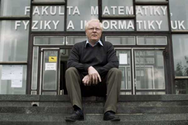 Prof. RNDr. Jozef Masarik, DrSc. (1959) vyštudoval odbor jadrová fyzika na MFF UK v Bratislave, kde pracuje od roku 1983. V deväťdesiatych rokoch bol na dlhodobých pobytoch v Los Alamos National Laboratory v USA, na Max-Planck-Institut fuer Chemie v nemec