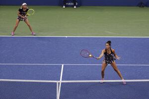 Viktória Kužmová (vpravo) a Alexandra Sasnovičová počas semifinálového zápasu štvorhry na US Open 2019.