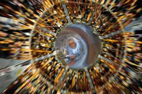 Pomocou viacerých experimentov skúmame vesmír krátko po veľkom tresku.