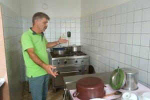 Starosta Peter Smrčo ukazuje, v akých podmienkach vzniká obed.