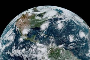 Štyri tropické cyklóny na západnej pologuli.