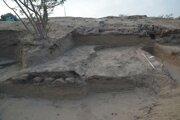 Objav zvyškov cesty v Tell-el Retábí. Hradba pevnosti faraóna Ramzesa III. sa nachádza vľavo.