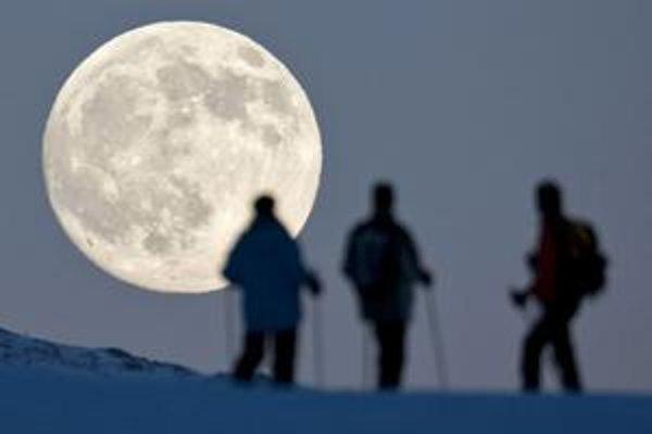 Príťažlivosť mesiaca nespôsobuje len príliv a odliv, ale aj vychyľovanie zemskej osi, a preto by dnešný pozorovateľ nočnej oblohy povedal, že to nie je Vodnár, ale Kozorožec.