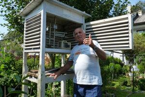 Na snímke je meteorológ Štefan Pekár, ktorý sa už desaťročia stará o meteorologickú stanicu v obci Plaveč, ktorá patrí medzi najstaršie na Slovensku. Meteorológia je jeho záľubou i vášňou a aj preto má niekoľko meracích prístrojov doma v záhrade.
