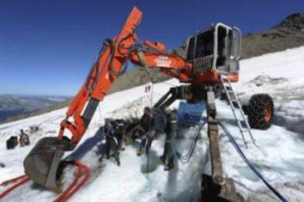 Pracovníci stoja na ľadovci Tete-Rousse počas príprav francúzskych inžinierov na odčerpanie vody z obrovského jazera.