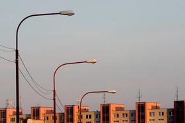 Optické káble rumunskej firmy Digi Slovakia visiace na stĺpoch verejného osvetlenia prekážali samospráve aj konkurencii.