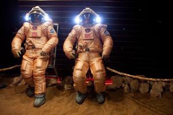 Šesticu dobrovoľníkov zavreli včera do niekoľkých miestností. Budú sa päťstodvadsať dní tváriť, že letia na planétu Mars a späť.