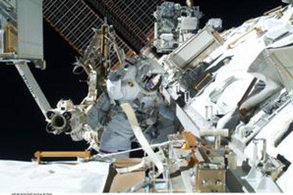 Astronauti vymenili na ISS chladiacu nádrž. ⋌FOTO – NASA