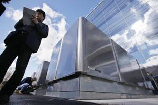 Americkí podnikatelia predstavili svoj Bloom Box (vľavo) aj palivový článok, ktorý v ňom tvorí energiu.
