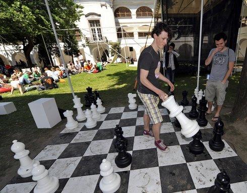 noc sa začala už za svetla. v záhrade sng hrali obrí šach.