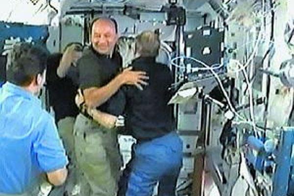 Zvítanie posádky raketoplánu s posádkou stanice ISS.