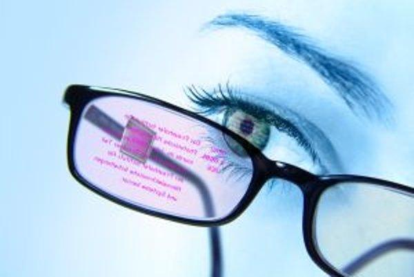 Nové interaktívne dátové okuliare z Nemecka zobrazujú informácie a reagujú na príkazy.
