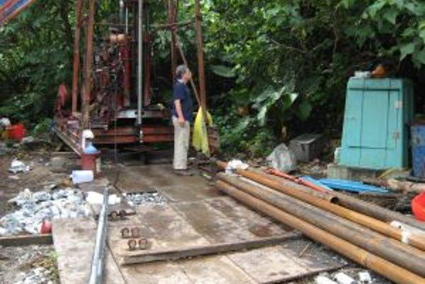 Prvý autor štúdie v Nature ChiChing Liu z taiwanskej akadémie vied (Academia Sinica) pred jednou z trojice pri tomto výskume použitých aparatúr. V pozadí je vŕtne zariadenie, vpredu vľavo leží na zemi merač napätia v horninách, ktorý krátko nato inštalova