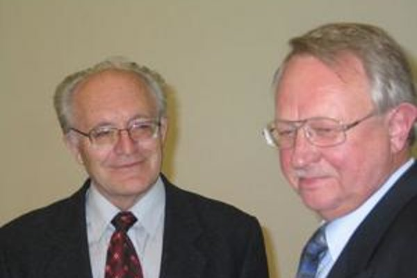 Proesor Štefan Šáro (vľavo) a profesor Sigurd Hofmann.