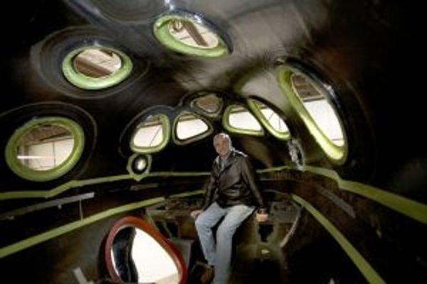 Burt Rutan v kabíne SpaceShipTwo.