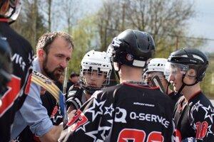 Tomáš Urbaník (vľavo) doviedol vroku 2017 HBK Čadca U19 do finále Slovenskej hokejbalovej extraligy.
