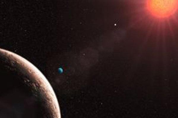 """Umelecká vízia novoobjavenej planéty e (v popredí vľavo) s hmotnosťou iba 1,9 hmotnosti Zeme, ktorá zvyšuje počet známych obežníc hviezdy Gliese 581 na štyri. Smerom k hviezde sú vpravo od nej znázornené planéty d (modrastá ako symbol možného """"vodného sve"""