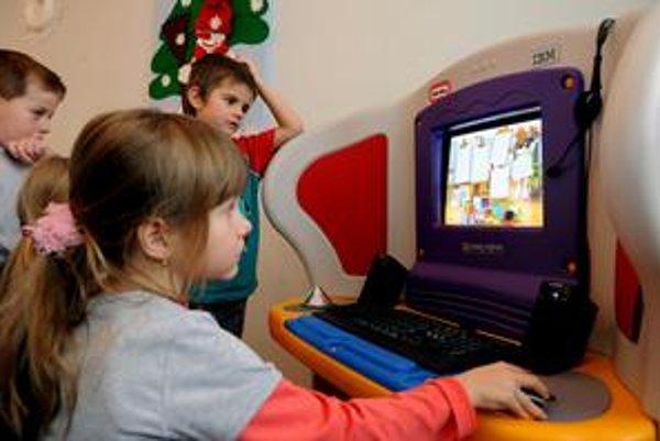 Prístup k internetu dnes má väčšina detí v mestách aj na vidieku. Prácu s počítačom ovládajú oveľa lepšie ako rodičia, internet im vypĺňa až príliš veľa voľného času.