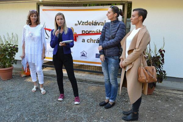 Karanténna stanica pre psy v Humennom je skutočnosťou. Zaslúžili sa o ňu členky združenia Pomáhaj a chráň Ľubica Kizáková (zľava), Adriana Benková, Lenka Lisá a Stanislava Rutrichová.