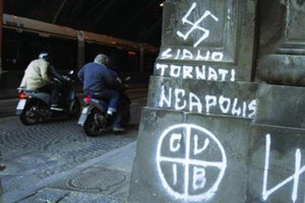Sme späť, hlása graffiti neonacistov v centre Neapola.
