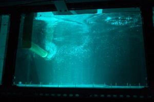 Modelový prototyp zariadenia VIVACE v akcii. Sprostredkúva využitie potenciálne bohatého zdroja elektrickej energie, získavanej premenou mechanickej energie oscilácií vyvolaných vodnými vírmi aj pri malej rýchlosti prietoku, aká neumožňuje efektívnu prevá