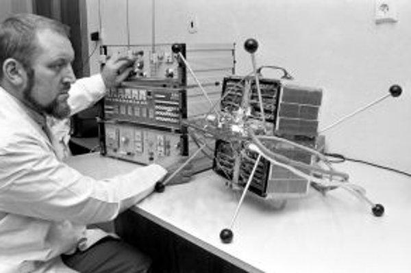 Let československej družice Magion sledovali pracovníci ionosférického observatória Geofyzikálneho ústavu ČSAV v Panskej Vsi pri Dubé.