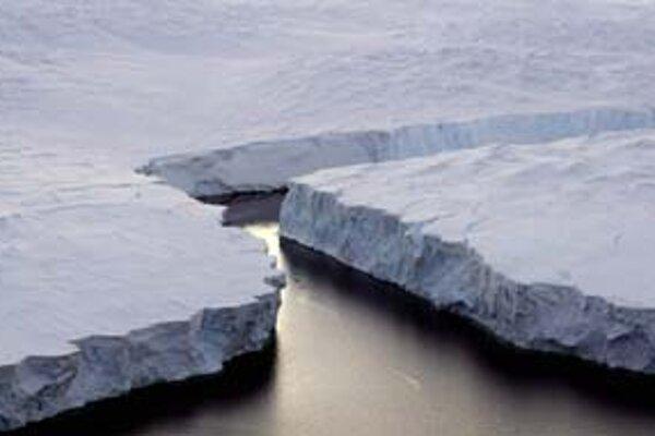 Puknutý ľadovec v Antarktíde.
