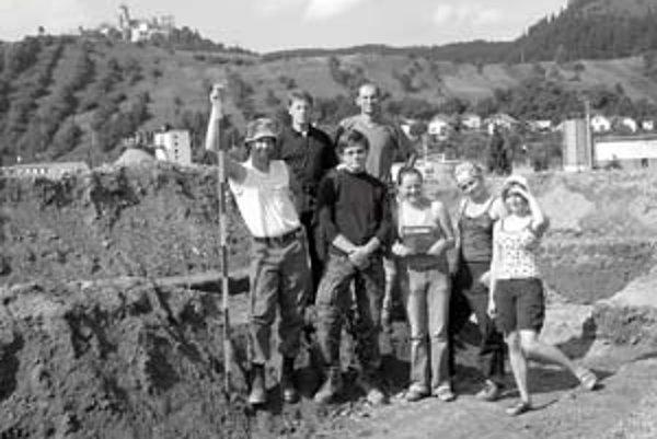 Väčšina výskumného tímu na nálezisku Pod Štokom II. Vzadu vľavo je Pawe˝ Valde-Nowak, vedľa neho Marián Soják. Vpredu sú študenti archeológie z Gdanskej univerzity, ktorí tu pracovali v rámci letnej praxe.