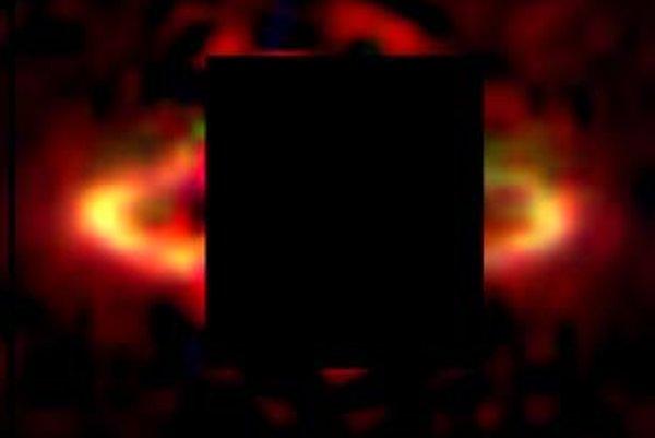 Plynoprachový disk okolo hviezdy HR 4796A. Hviezdu zakrýva čierny štvorec v strede, aby obrovským jasom neprežiarila disk. Najhustejšie vonkajšie časti disku tvoria prstenec. Do jeho vnútornej zdanlivo prázdnej časti by sa pohodlne vošla celá naša Slnečná