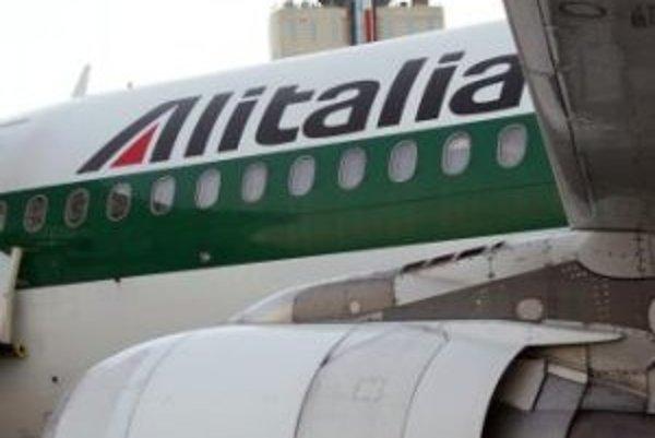 Traja cestujúci, ktorí ignorovali výzvy kapitána lietadla spoločnosti Alitalia na vypnutie mobilných telefónov, boli z neho vyvedení v putách.
