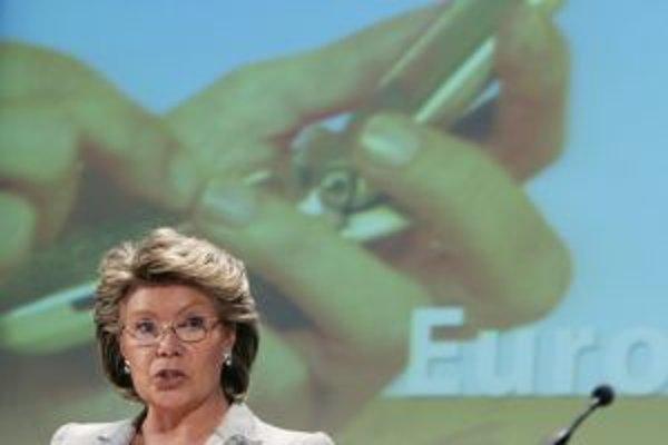 Eurokomisárka pre informačnú spoločnosť Viviane Redingová (na snímke) už znížila ceny za volania zo zahraničia. Teraz hrozí reguláciou aj pri dátových pripojeniach.