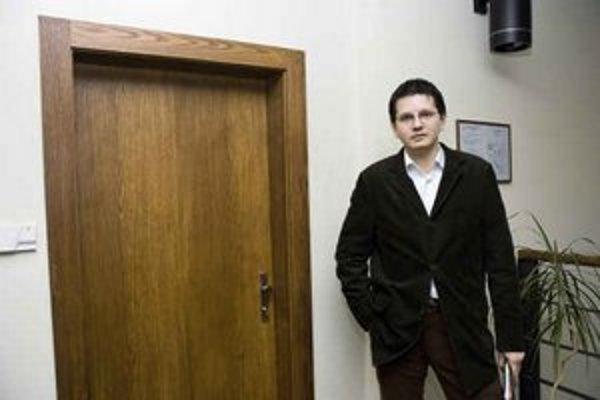 Patrik Krauspe, riaditeľ spoločnosti, ktorá spravuje slovenskú doménu, pózuje pred dverami do firmy. Je na nich guľa a ísť za ňu nesmieme, lebo Úrad pre ochranu osobných údajov správcom zakázal všetky návštevy pre ochranu dokumentov, ktoré sa tu skladujú.
