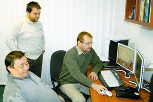 Milan Rusko, Sachia Daržágin a Marián Trnka z Ústavu informatiky Slovenskej akadémie vied učia počítače, ako porozumieť ľudskému hlasu.